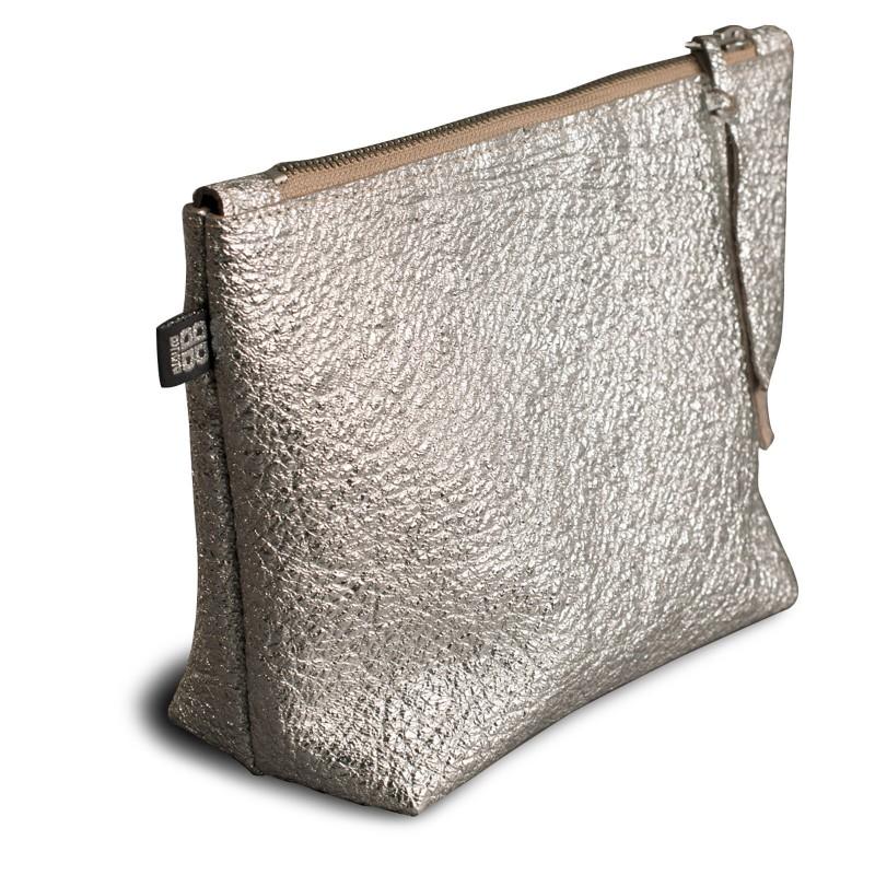 SPONGE BAG, Kulturbeutel aus Leder in silber glänzend, mit Reißverschluss
