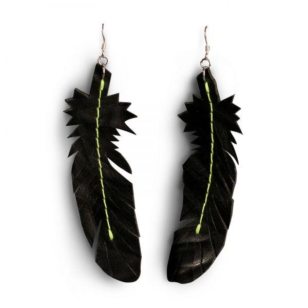 EARRING FEATHER, Ohrring aus Leder in schwarz grunge, mit 925 Silber Ohrhaken und neongelben Faden