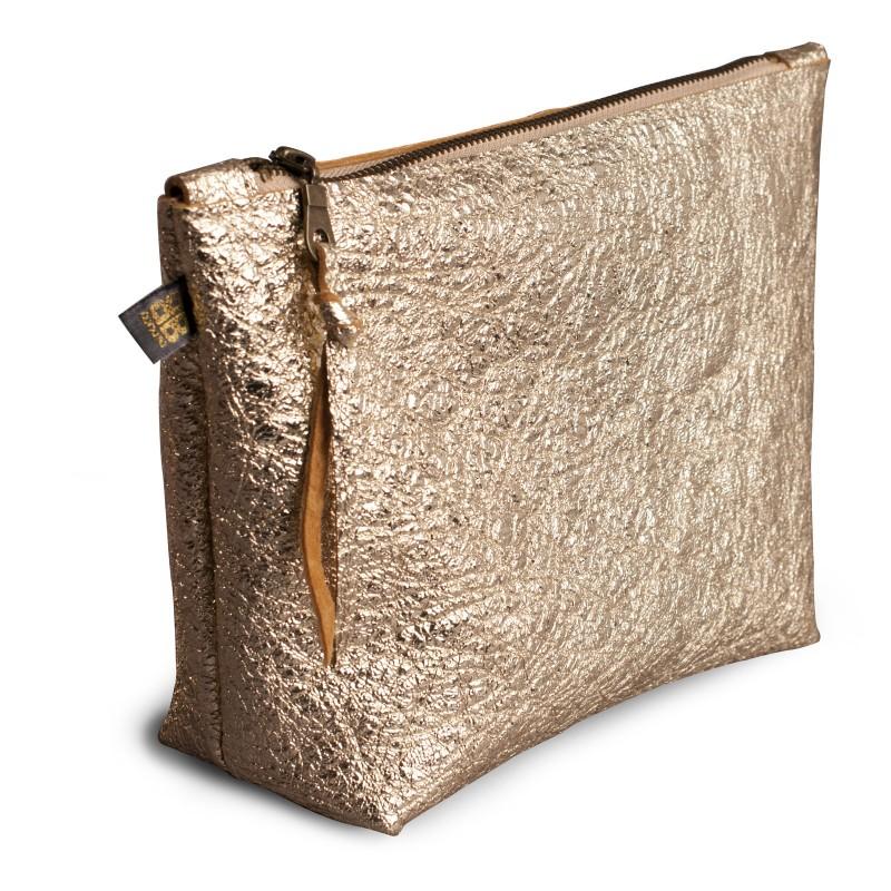 SPONGE BAG, Kulturbeutel aus Leder in gold glänzend, mit Reißverschluss, handliche Form