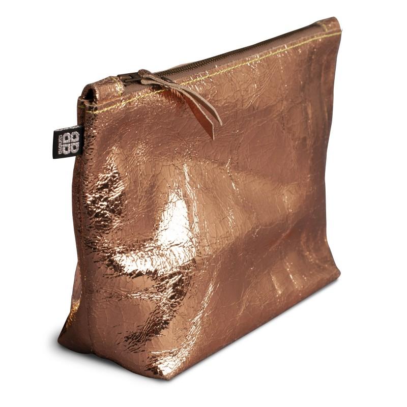 SPONGE BAG, Kulturbeutel aus Leder in kupfer glänzend, mit Reißverschluss, handliche Form