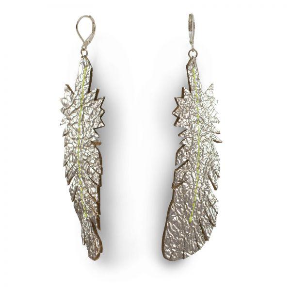 EARRING FEATHER, Ohrring aus Leder in dunkelsilber glänzend, mit 925 Silber Ohrhaken und neongelben Faden